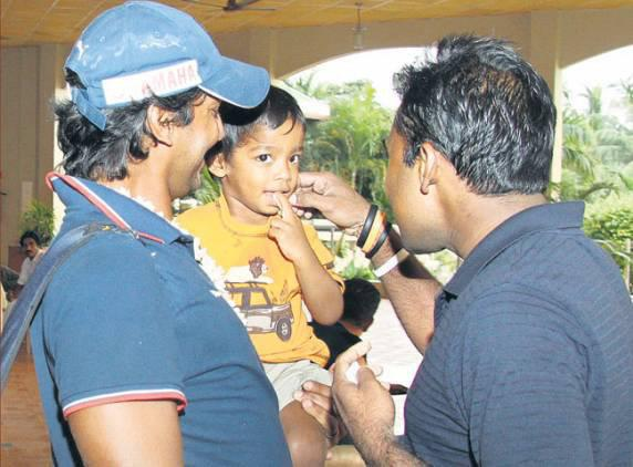 Mahela Jayawardene plays with Kumar Sangakkara's son