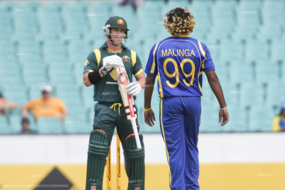 A Malinga yorker almost sneaks through Warner's defences
