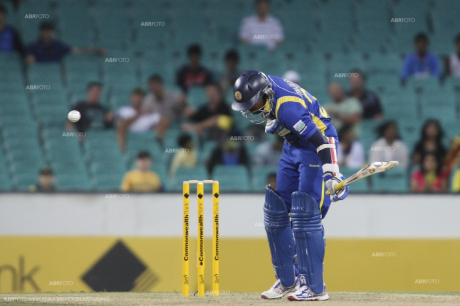 Tillakaratne Dilshan takes a blow to the ribs
