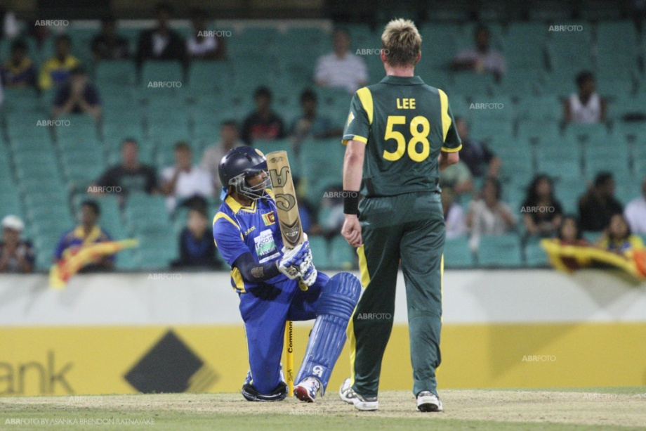 Dilshan attempts the Dilscoop against Lee's thunderbolts
