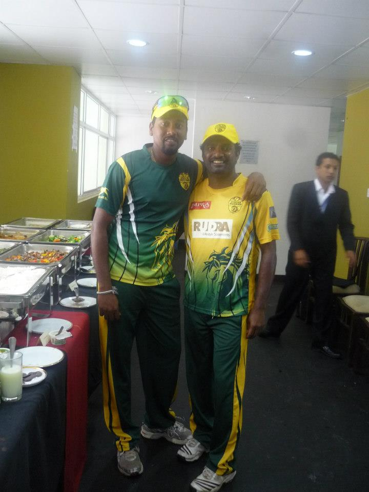 Janaka Gunarathne and Muttiah Muralitharan pose for a picture