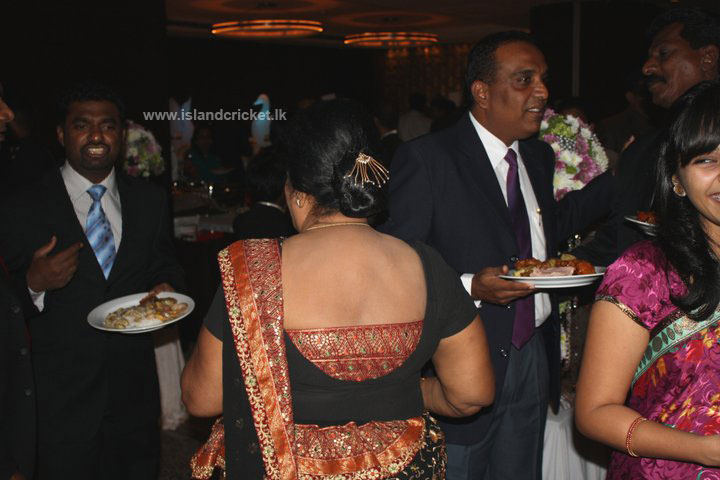 Muttiah Muralitharan and Roshan Abeysinghe at Mendis' wedding