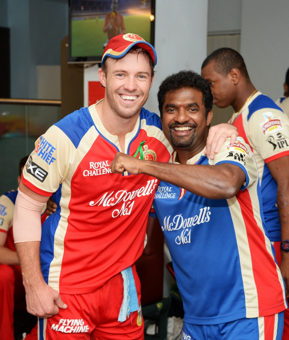 Murali and AB de Villiers pose for a pic