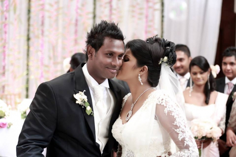 Angelo Mathews gets a kiss from his wife Heshani