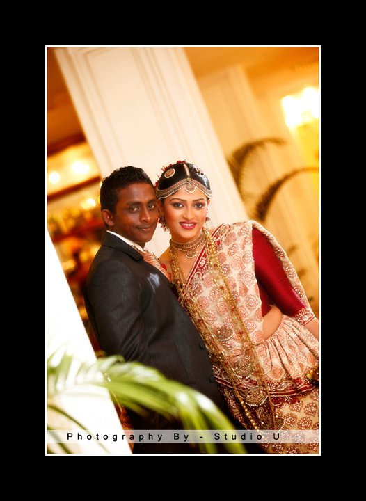 Ajantha Mendis with his wife Yoshini at their homecoming