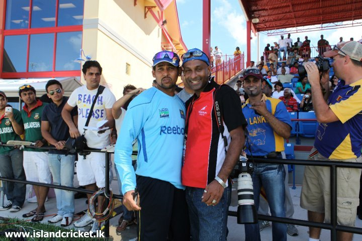 Tillakaratne Dilshan with fans in Florida, USA