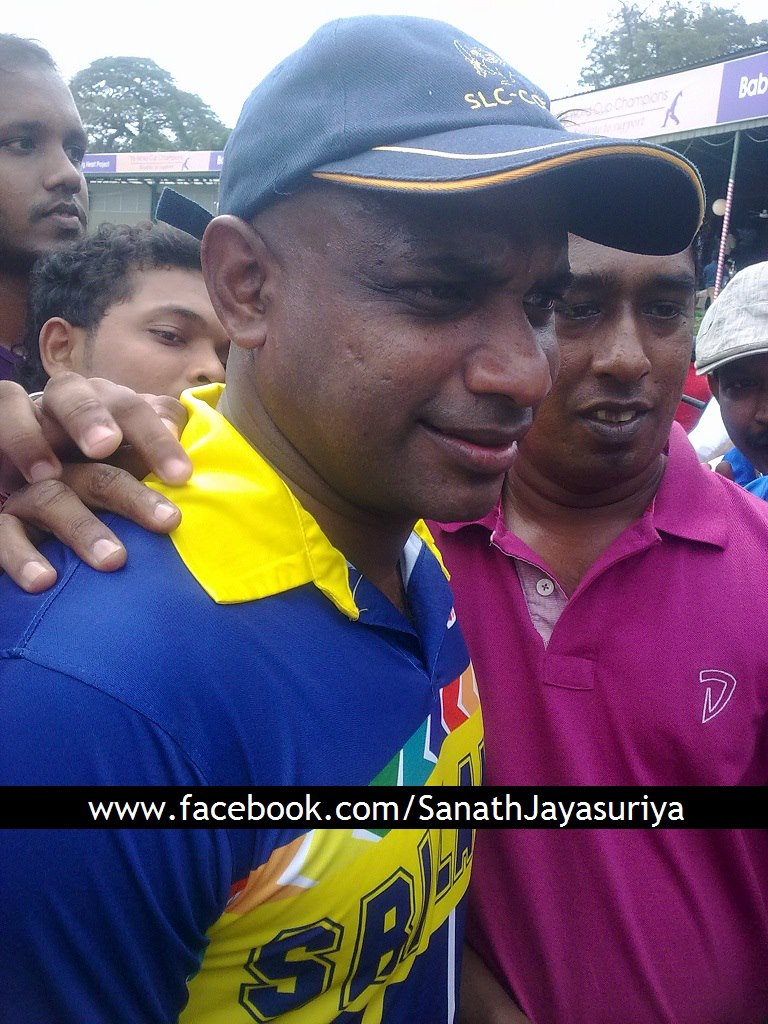 Sanath Jayasuriya with fans at NCC grounds