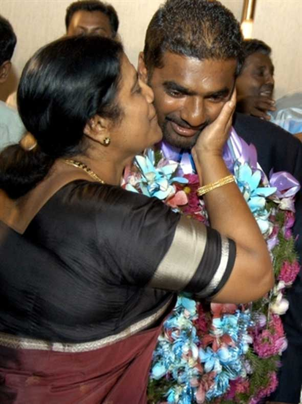 Photo: Murali's mother embraces him after world record.