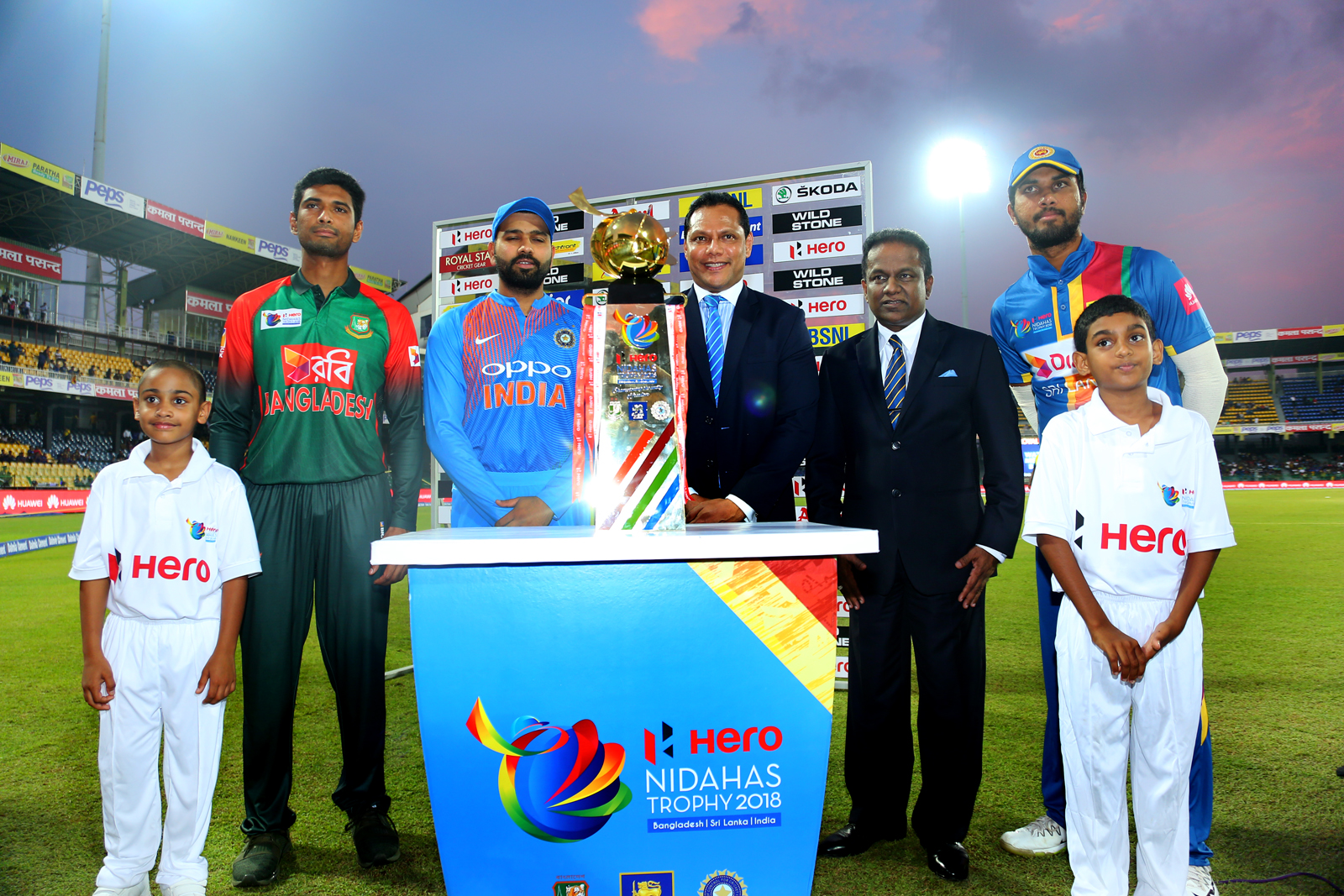 Captains pose with the 2018 Nidahas Trophy
